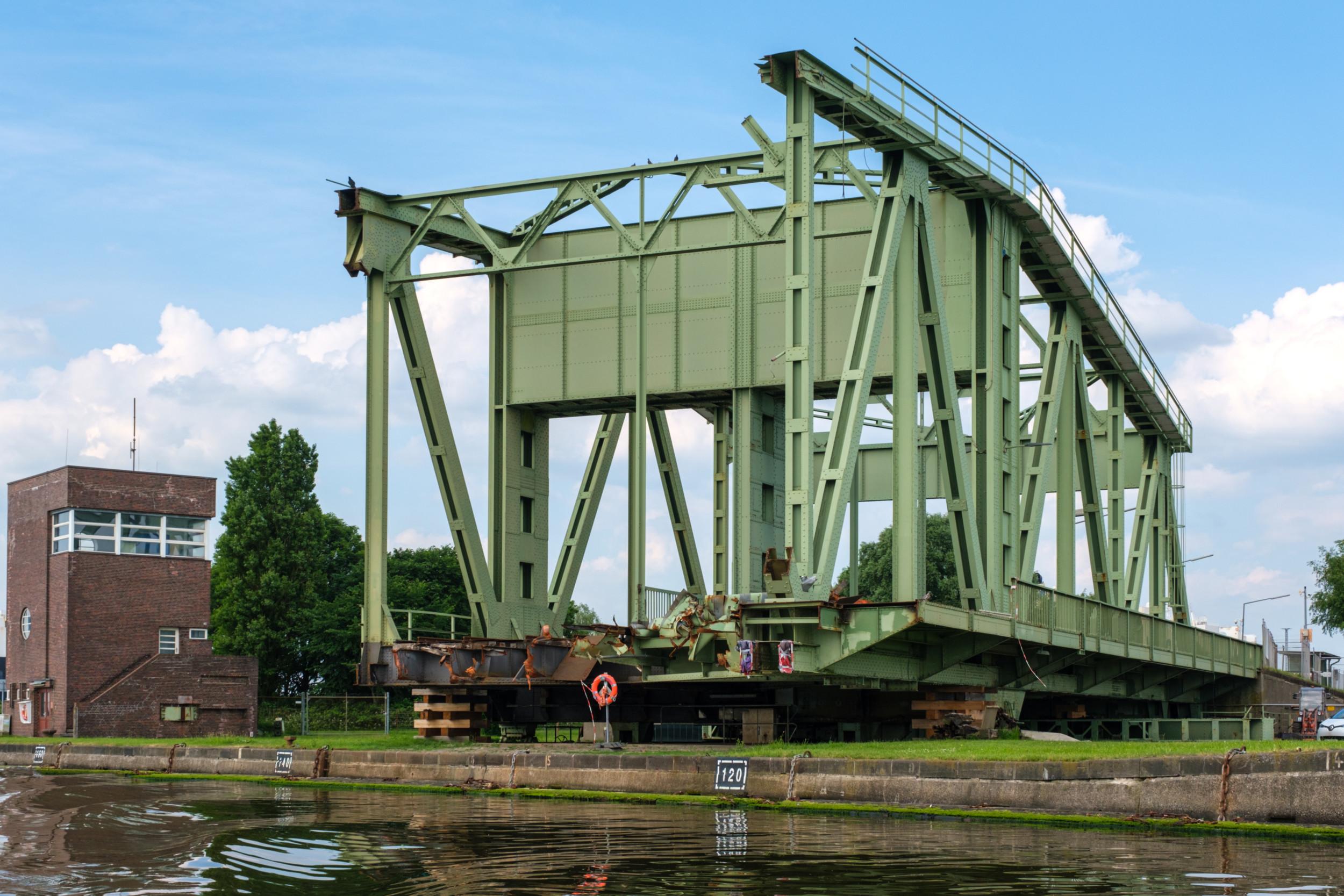 Zerstörte Brücke im Überseehafen - Bremerhaven