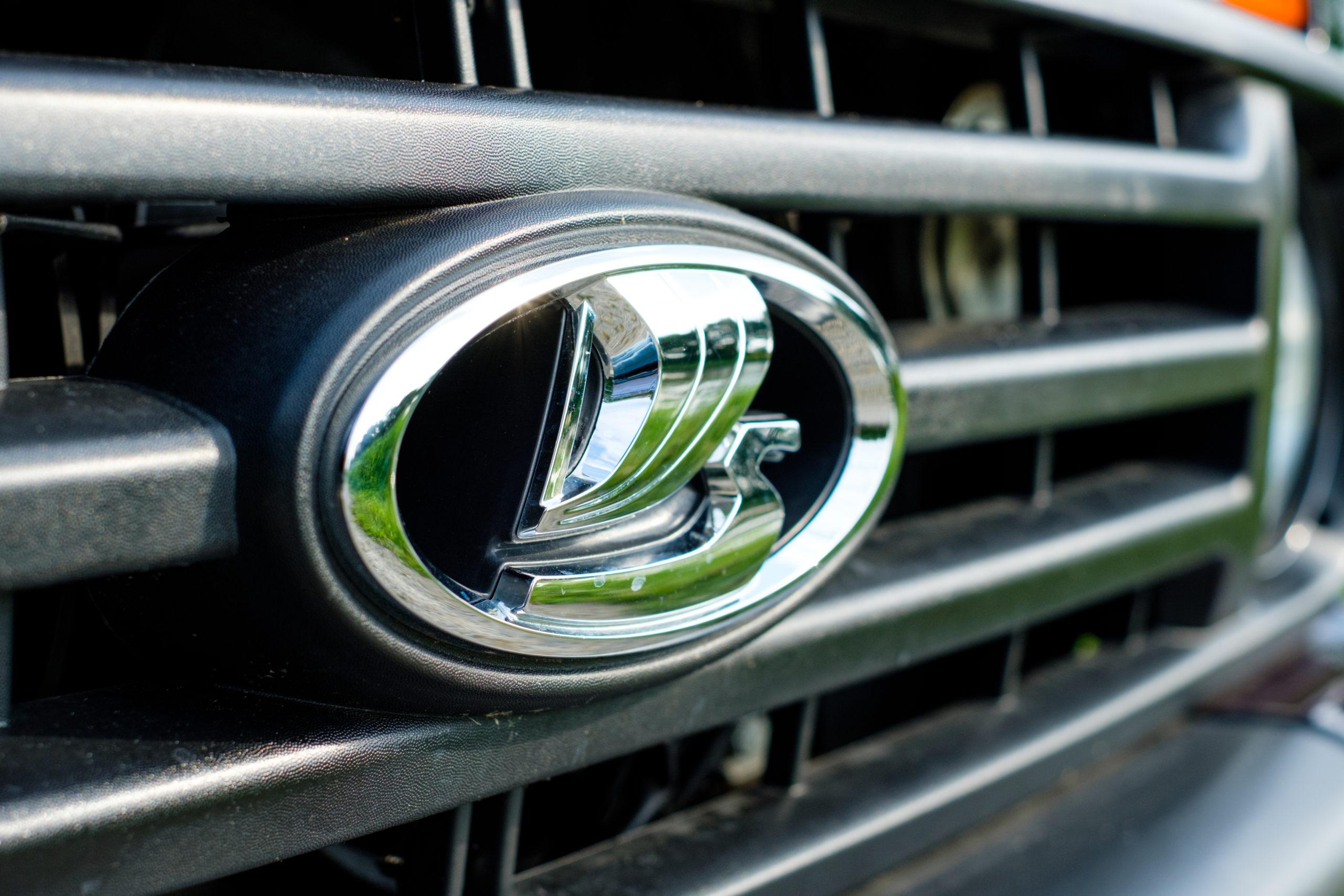 Das Lada Logo repräsentiert ein Wikinger-Segelschiff